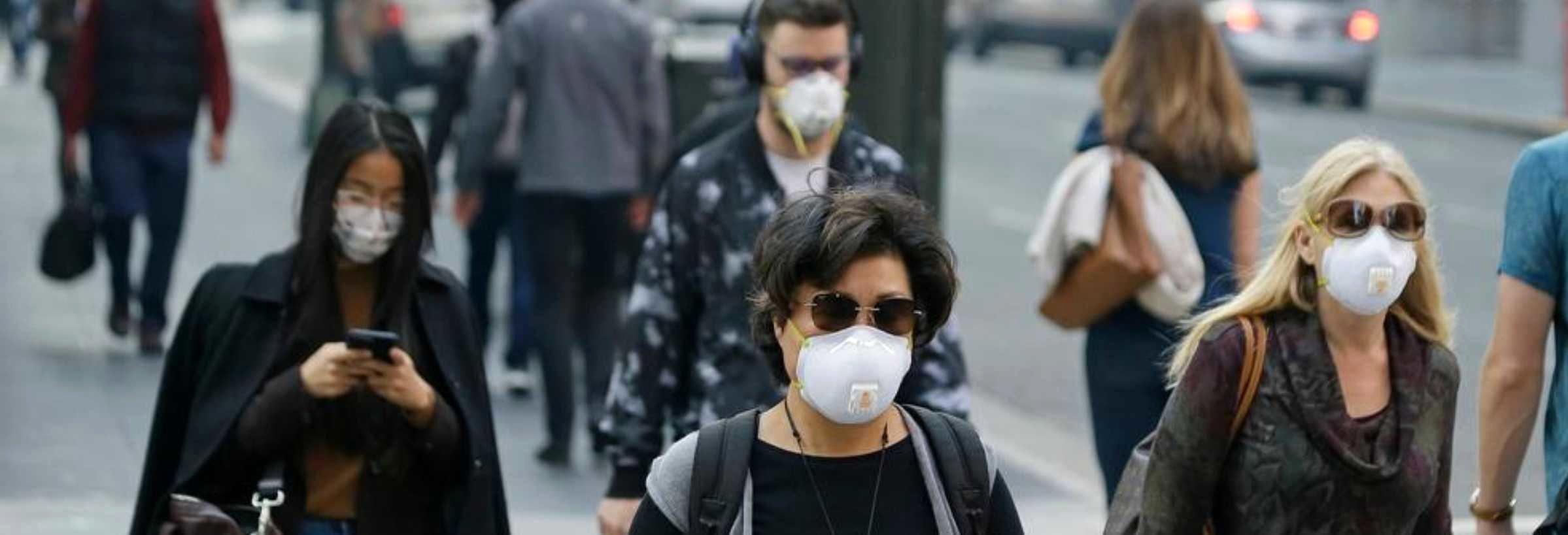 Mensen met mondmaskers op staat